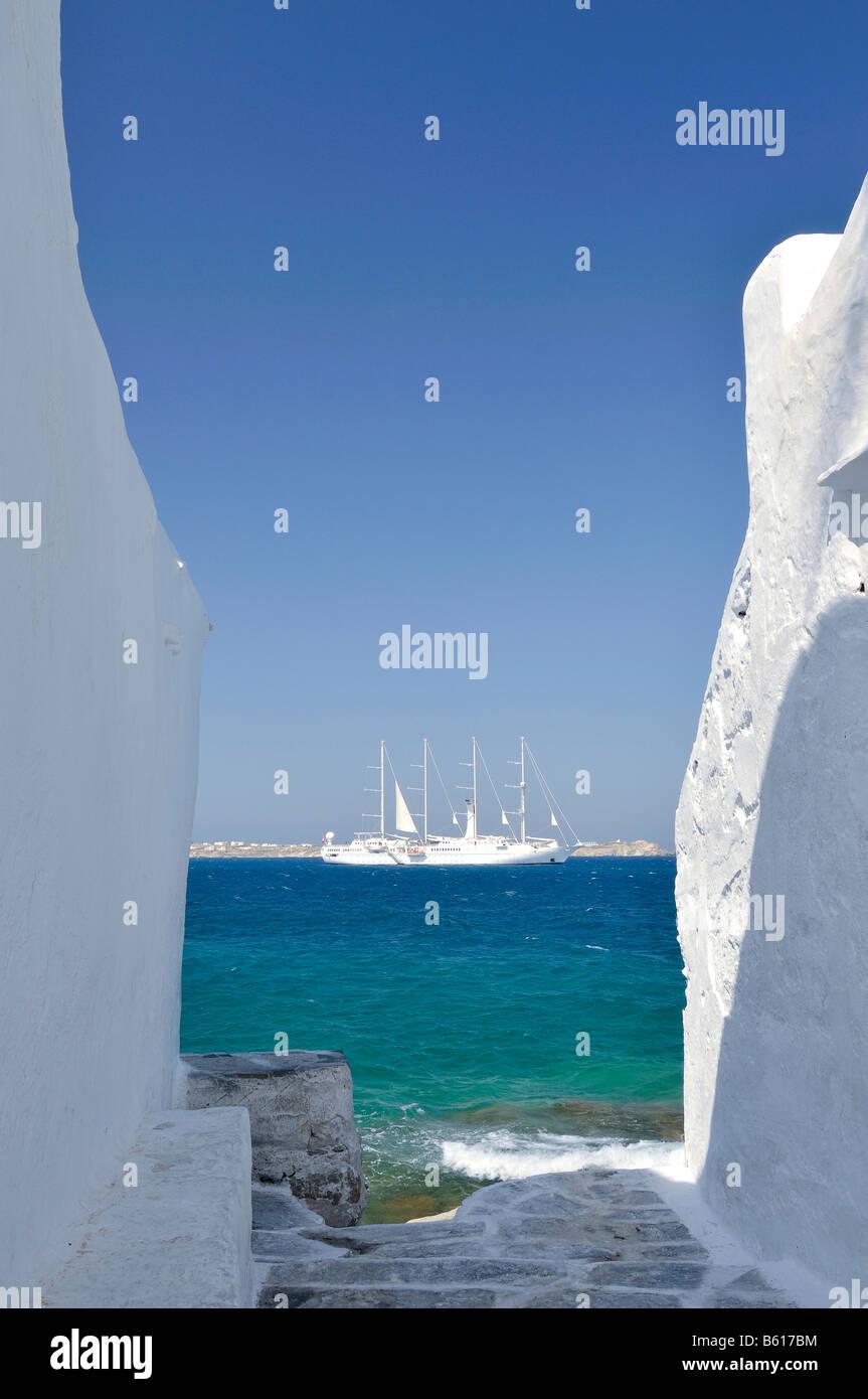 Blick durch eine Gasse mit weißen Wänden gegenüber einer vier-Mast-Segelschiff oder der Barke auf Stockbild
