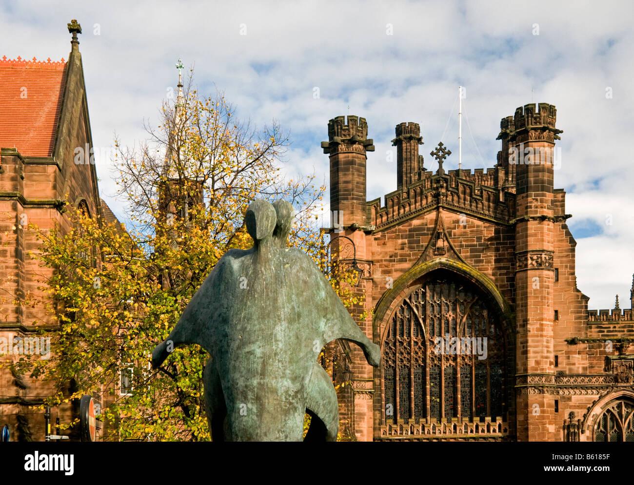 Die Scupture mit dem Titel Schutz stehen im Schatten der Kathedrale von Chester, Chester, Cheshire, England, UK Stockbild