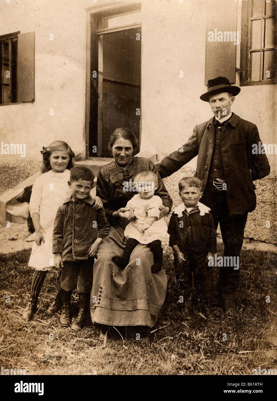 Historisches Foto, Familienfoto mit 4 Kindern, 1921 ...