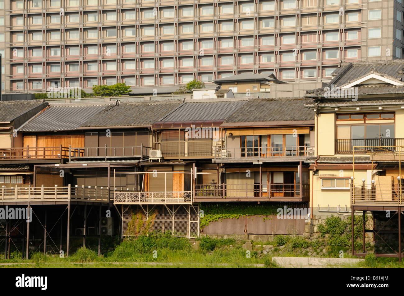 Traditionelle japanische Häuser vor einem Hochhaus Wohnhaus, Hotel ...