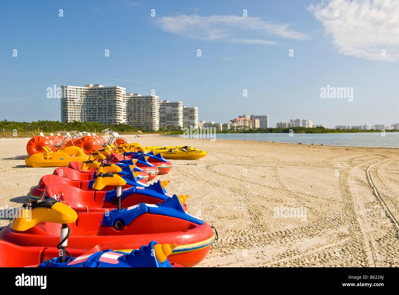 Tiger Tail Beach Marco Island Florida bunten roten Boote high-Rise Kondominien im Hintergrund Stockbild