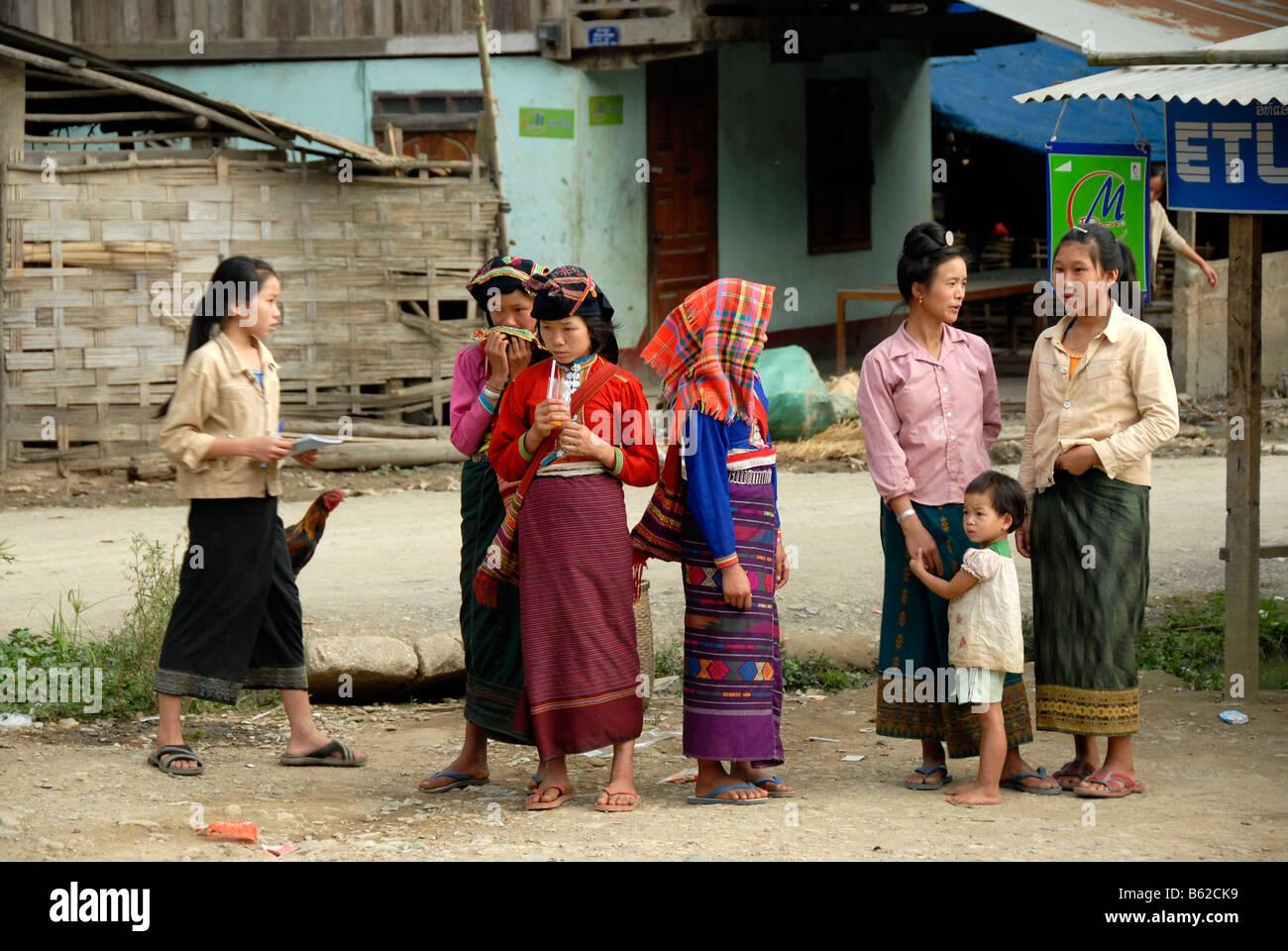 Frauen von der ethnischen Gruppe der Tai Dam tragen traditionelle Kleidung, Muang Mai, Provinz Phongsali, Laos, Stockbild
