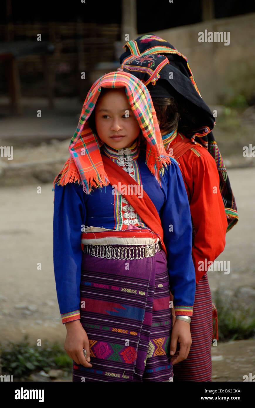 Junge Frauen von der ethnischen Gruppe der Tai Dam tragen traditionelle Kleidung, Muang Mai, Provinz Phongsali, Stockbild