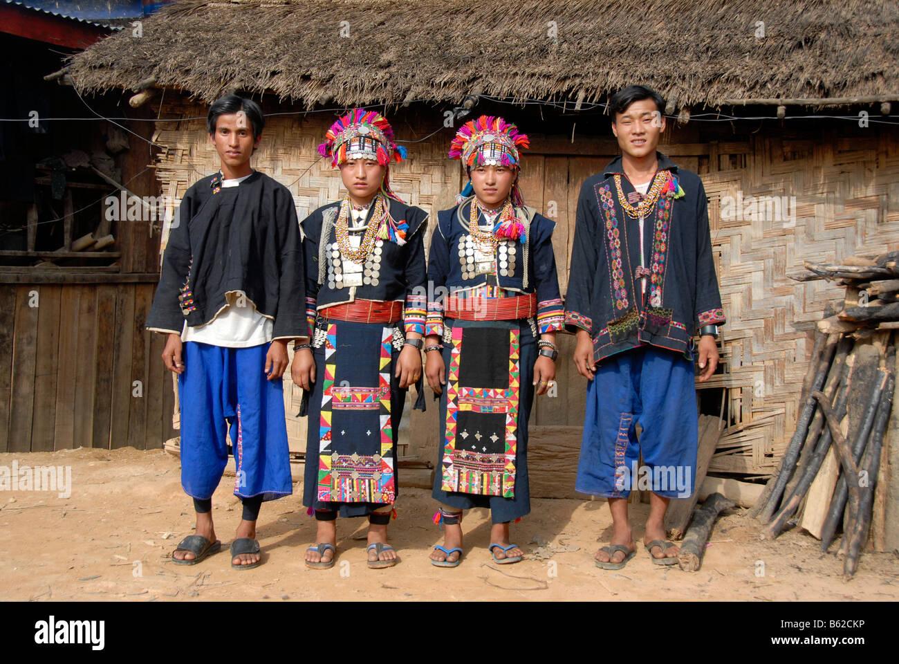 Junge Männer und Frauen von der Akha Lom ethnische Gruppe tragen bunte Trachten, Ban Noy, Provinz Phongsali, Stockbild