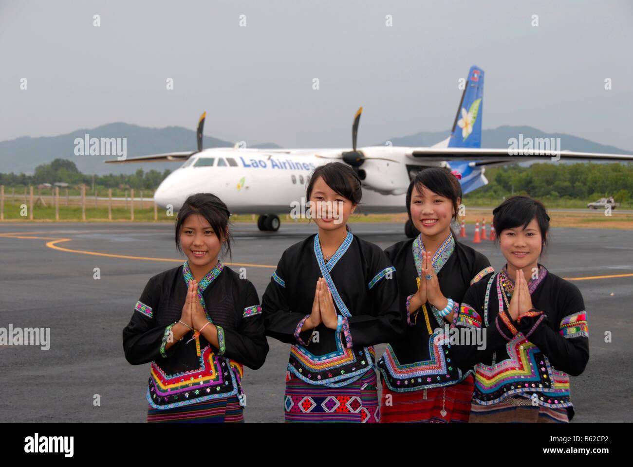 Empfang von jungen Laoten geben die Wei Gruß vor einem Flugzeug von Lao Airlines, Flughafen Luang Namtha, Laos, Stockbild