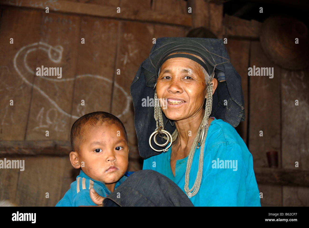 Frau des Stammes Akha Phixo mit traditionellen Kopfschmuck und Kind, Ban Mososane, Provinz Phongsali, Laos, Südostasien Stockbild