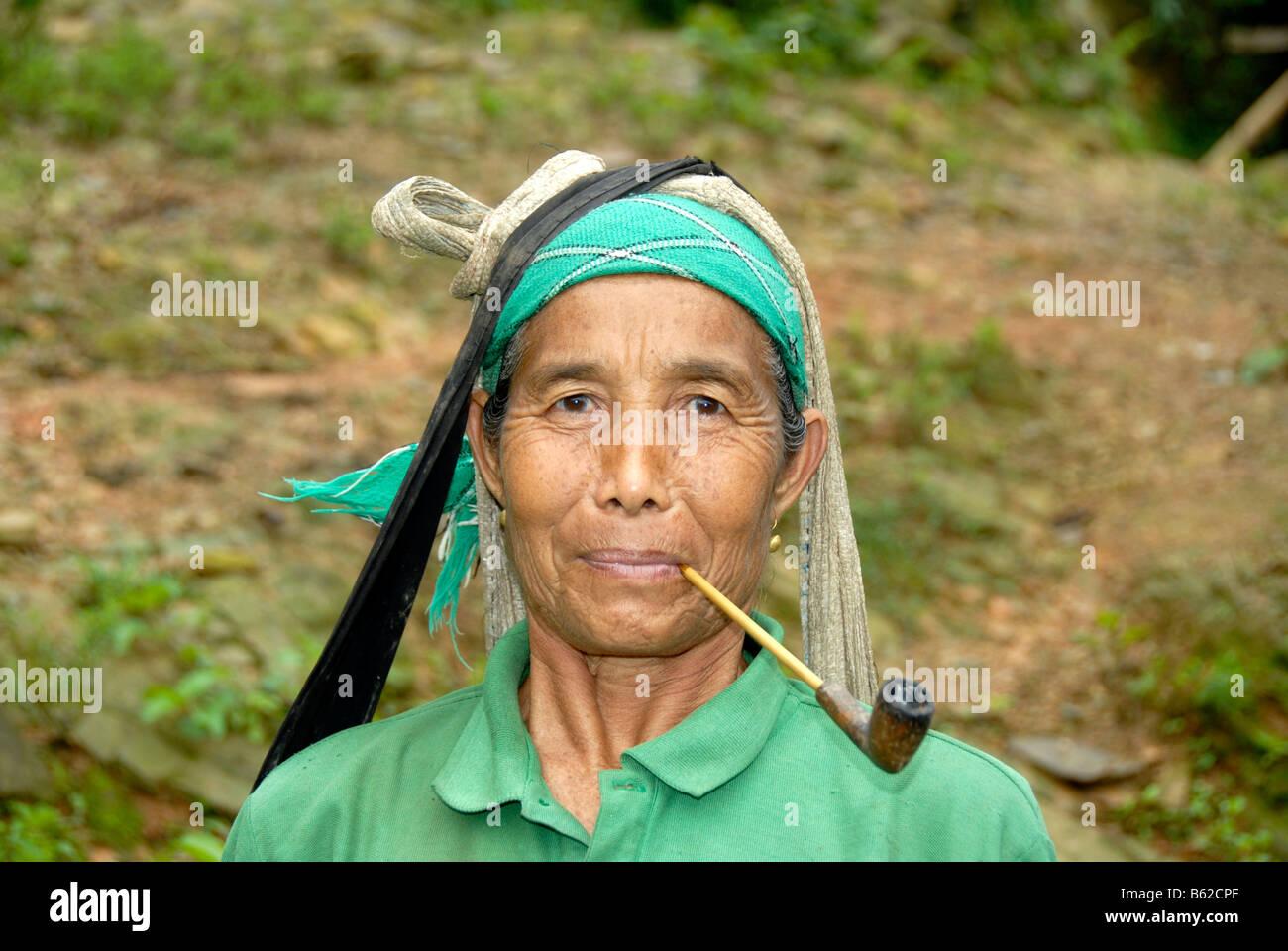 Porträt einer Frau des Stammes Lao Seng raucht eine Pfeife im Dorf Ban Tang, Provinz Phongsali, Laos, Südostasien Stockbild