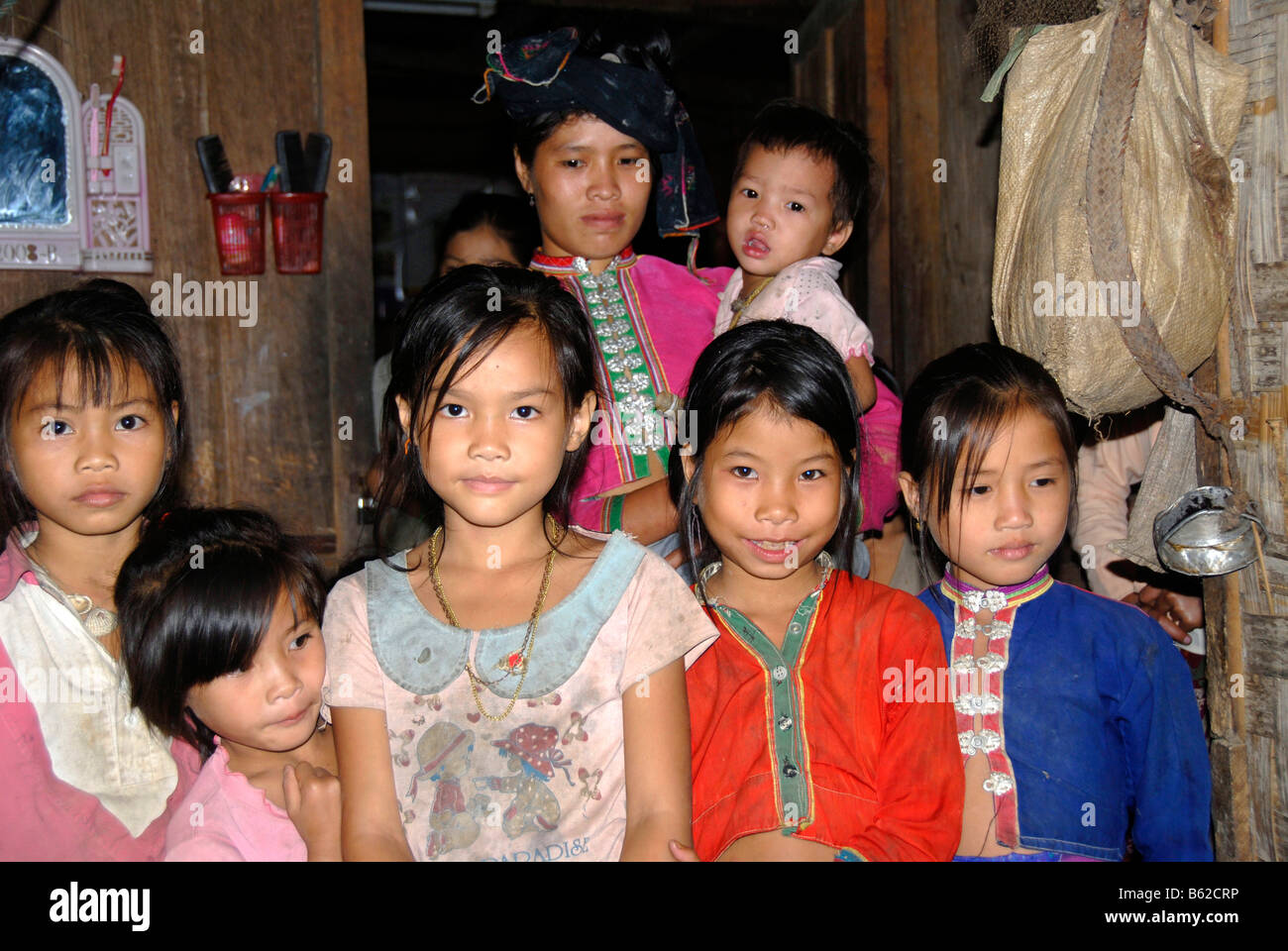 Familie und Kinder des Stammes Tai Dam, tragen bunte Tracht, Ban Nambone Tai, Provinz Phongsali, Laos, Sou Stockbild
