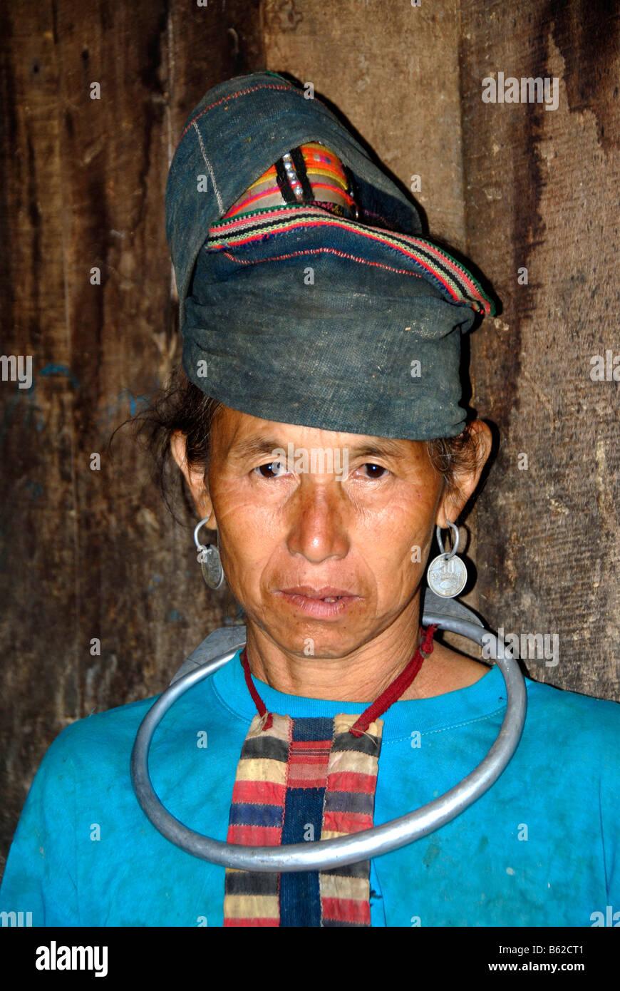 Porträt einer alten Frau des Stammes Akha Pala trägt einen traditionellen Turban und großen silbernen Stockbild