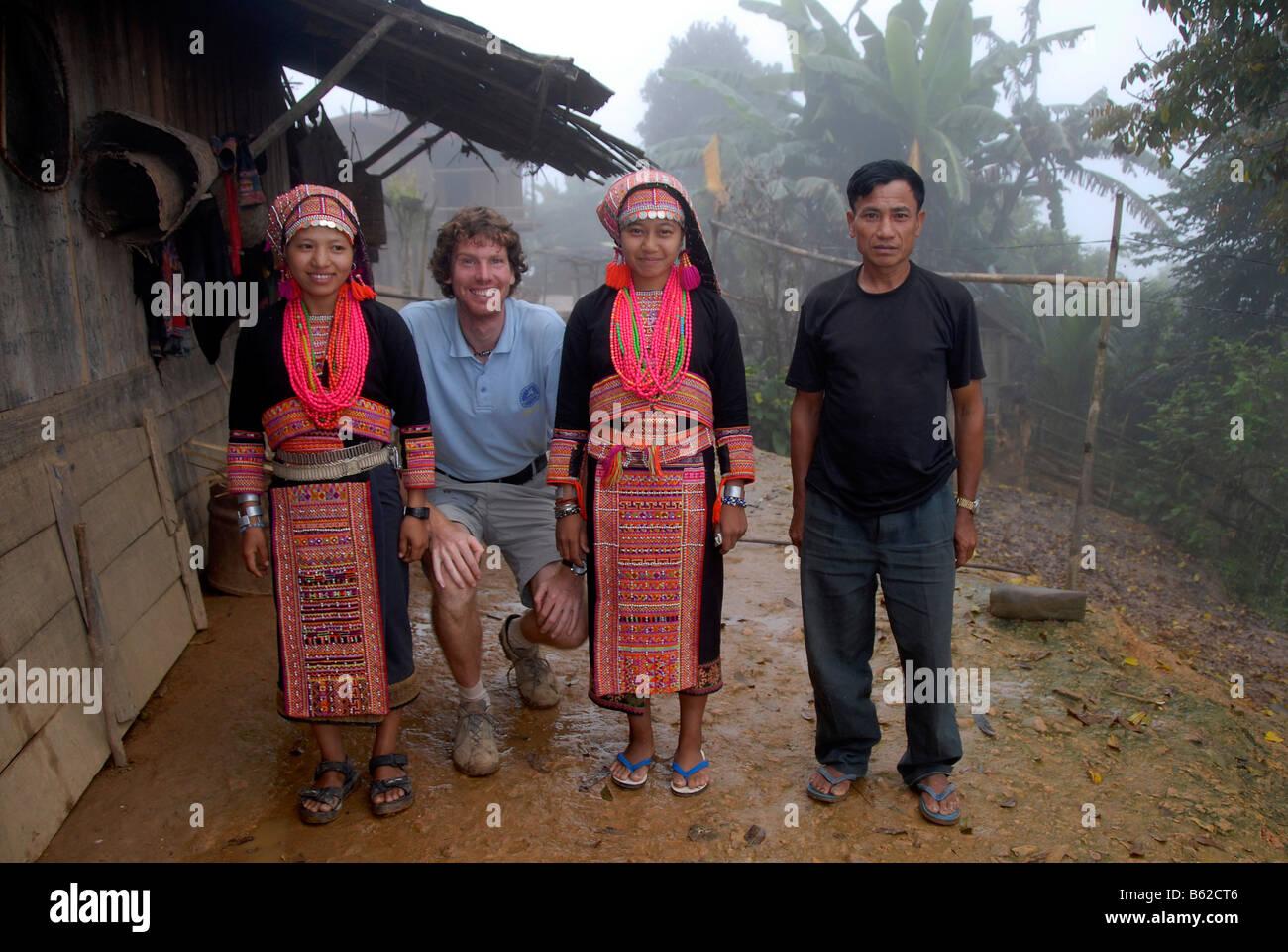Gruppenbild der Entwicklung Hilfe Arbeiter mit jungen Frauen des Stammes Akha Pala gekleidet in bunten Trachten, Stockbild