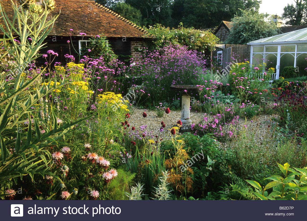 private garten sussex cottage garten pflanzen und kr uter in kies monarda allium eisenkraut. Black Bedroom Furniture Sets. Home Design Ideas