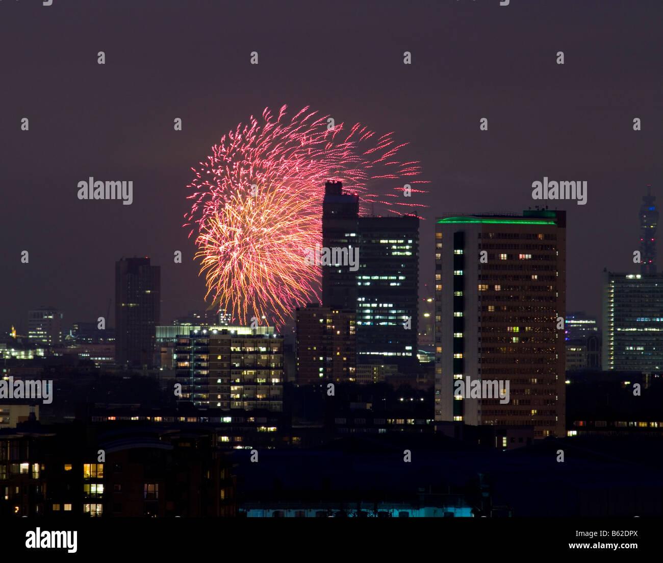 Feuerwerk und die Skyline von London in der Nacht Stockbild