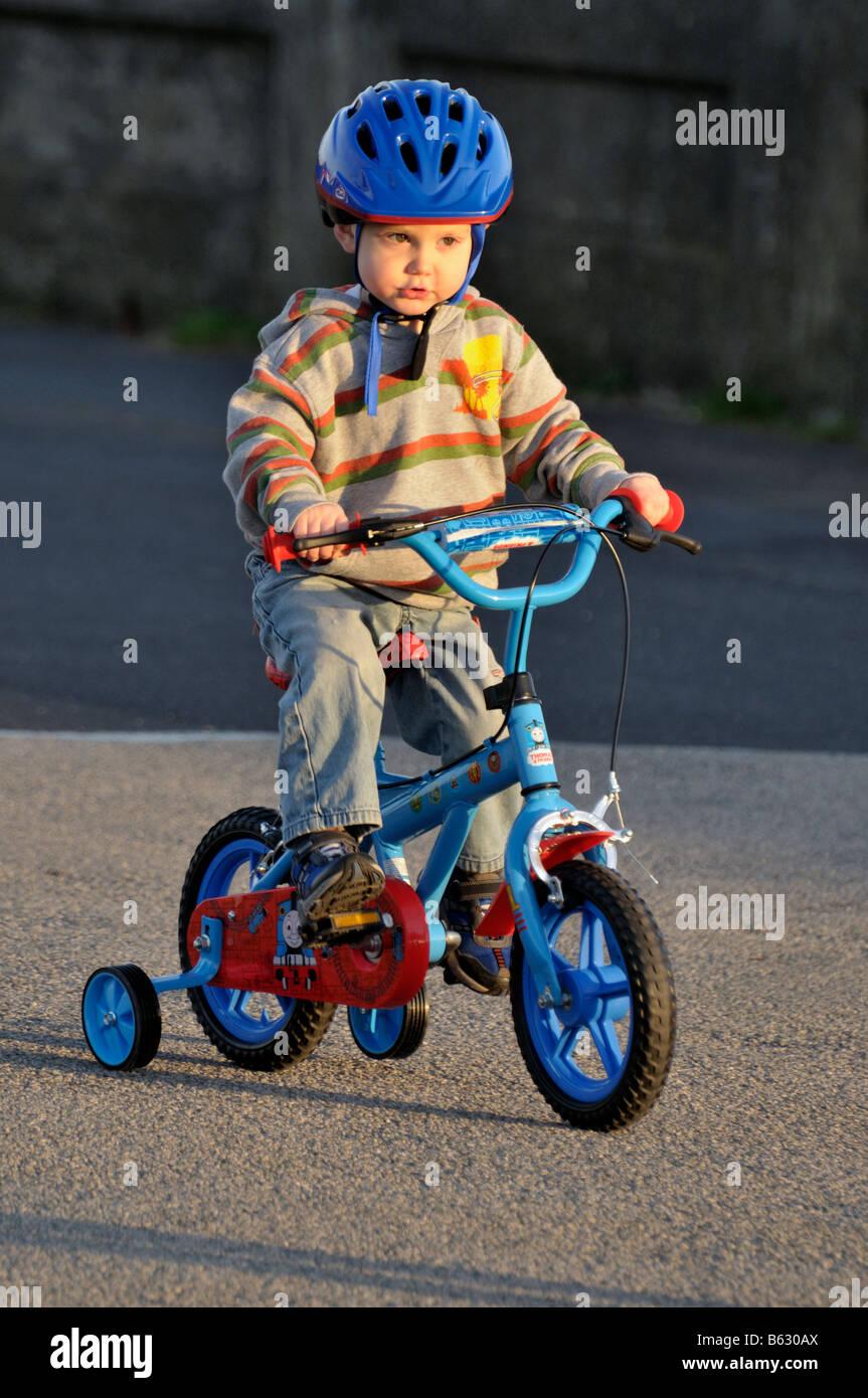 junge 3 jahre kind reiten fahrrad stabilisatoren fahrrad arbeit anstrengung schieben. Black Bedroom Furniture Sets. Home Design Ideas