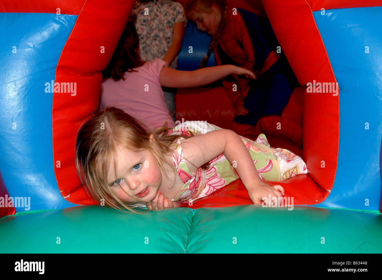 Kinder spielen auf einer Hüpfburg. Stockbild