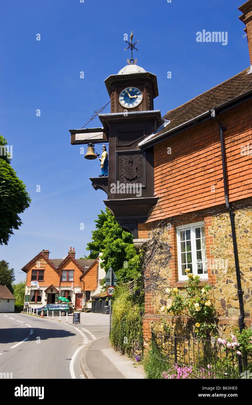 Abinger Hammer - der Uhrturm, Surrey, England, UK Stockbild