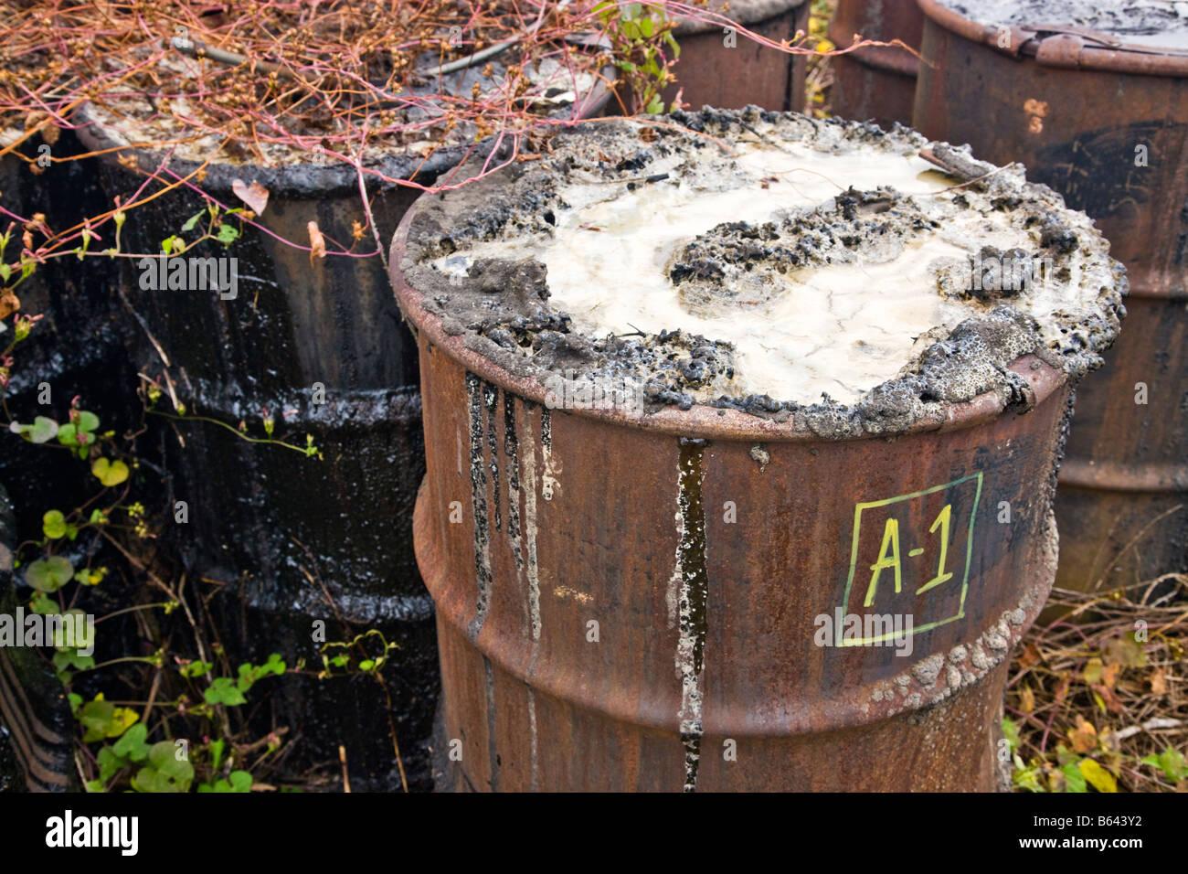 Korrodierenden rostenden oxidierende 55 Gallone Metallfässer aufgegeben. Stockbild