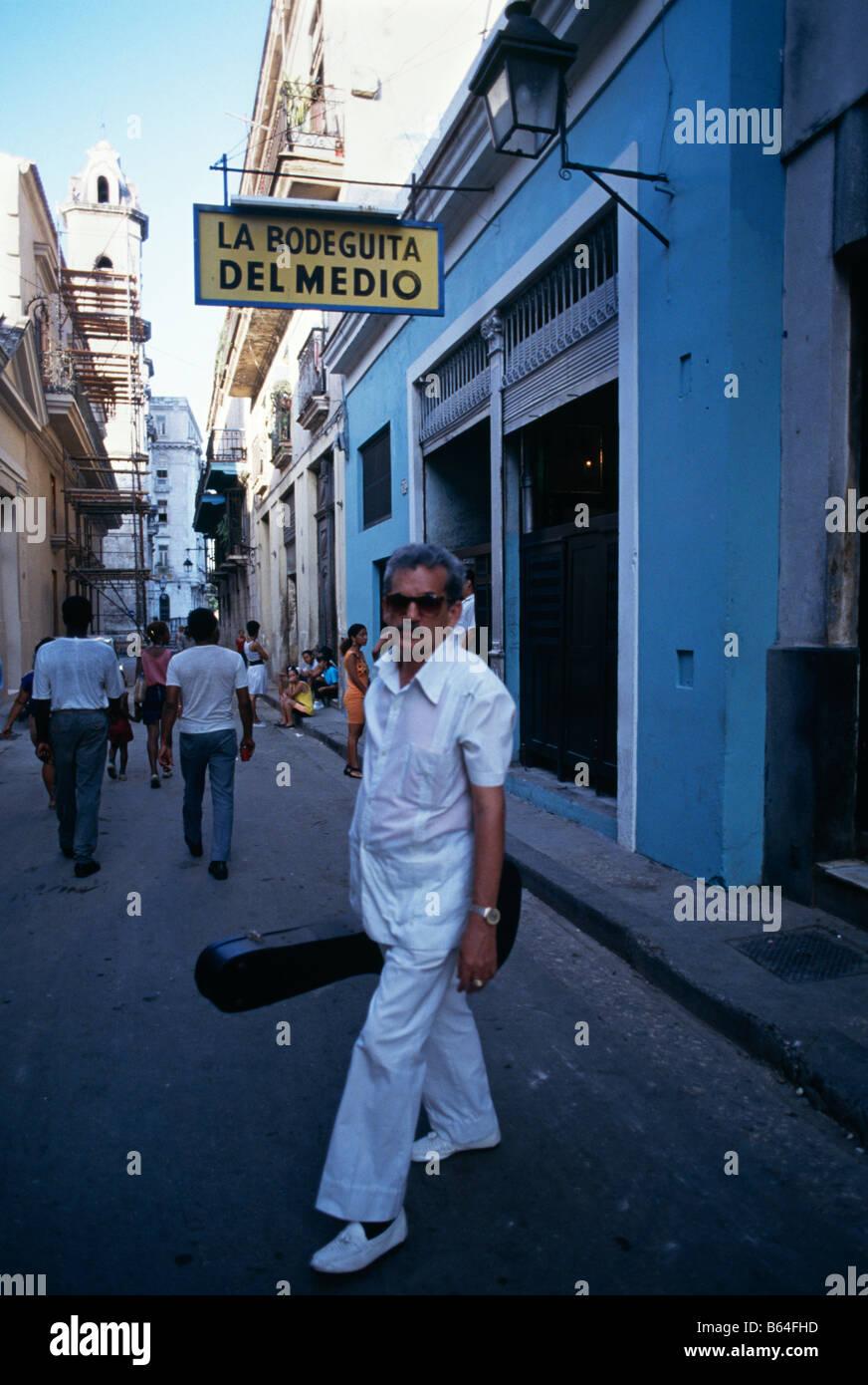 Musiker außerhalb der berühmten La Bodeguita Del Medio bar wo Ernest Hemingway zum Trinken in Havanna, Stockbild