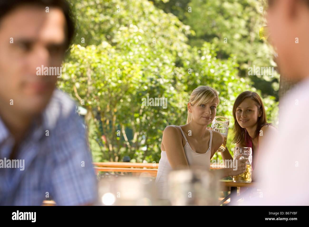 Flirten Im Biergarten Zwei Junge Frauen Und Zwei Männer Flirten Im