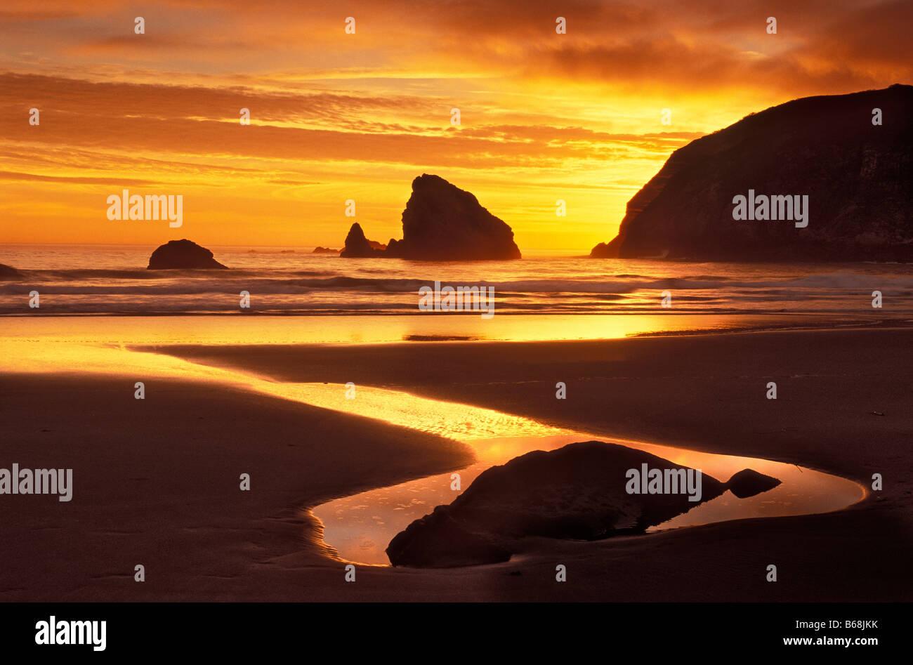 Sonnenuntergang im Harris Beach State Park an der südlichen Küste von Oregon Stockbild