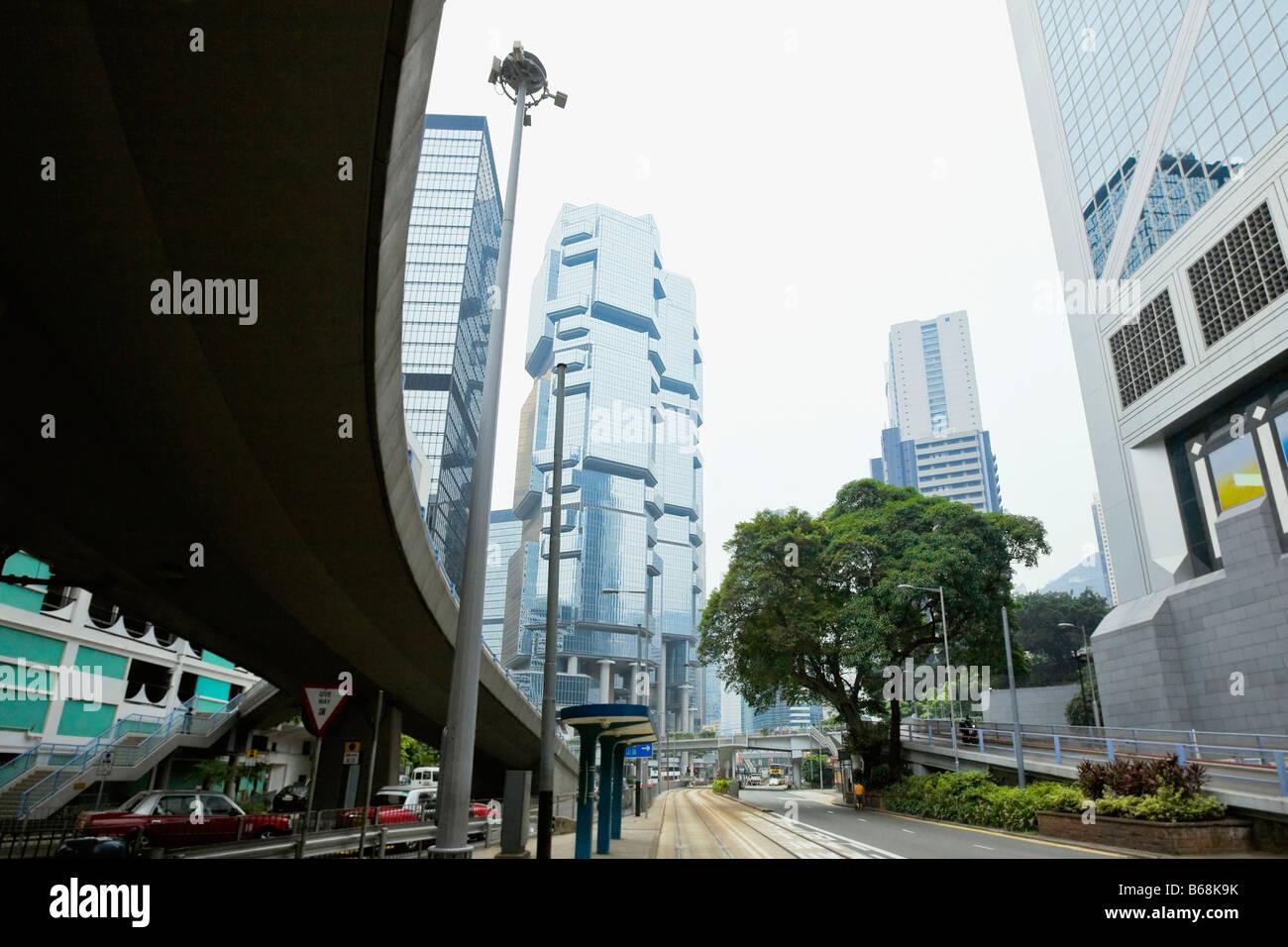 Niedrigen Winkel Ansicht der Wolkenkratzer in einer Stadt, Des Voeux Road, Hong Kong Insel, China Stockbild