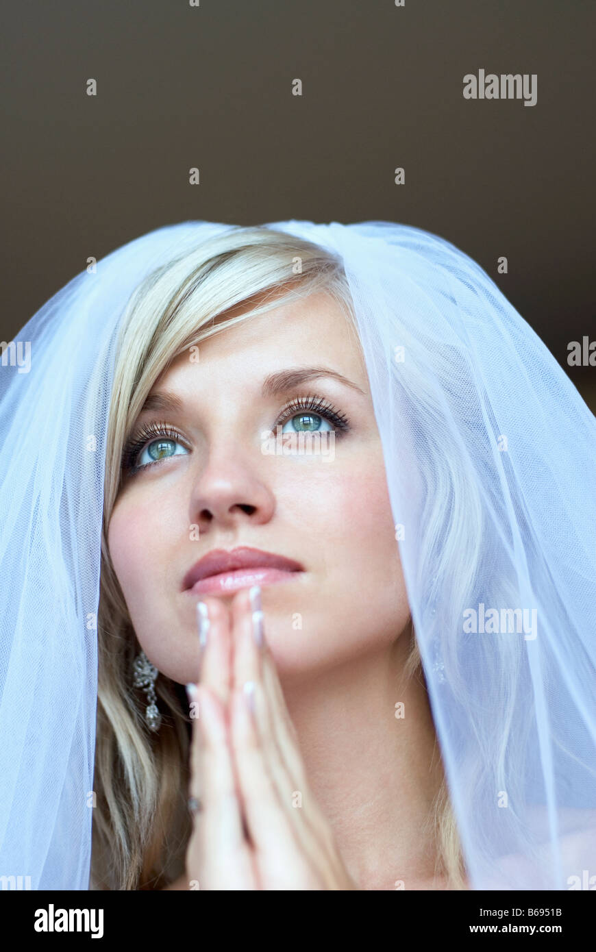 Braut beten unter Schleier, Nahaufnahme Stockfoto