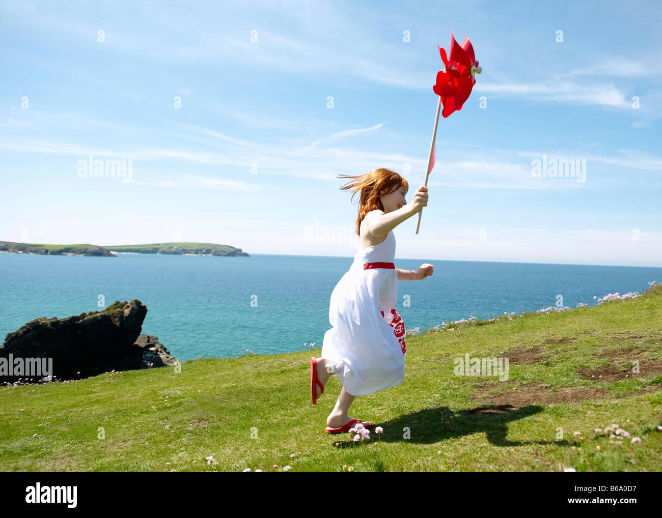 Junges Mädchen mit Windmühle Stockbild