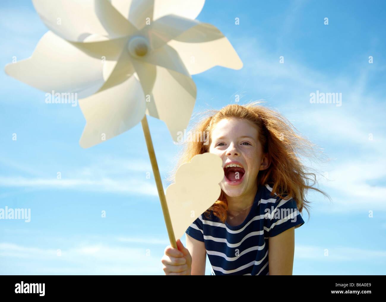 Junges Mädchen lachend mit Windmühle Stockbild