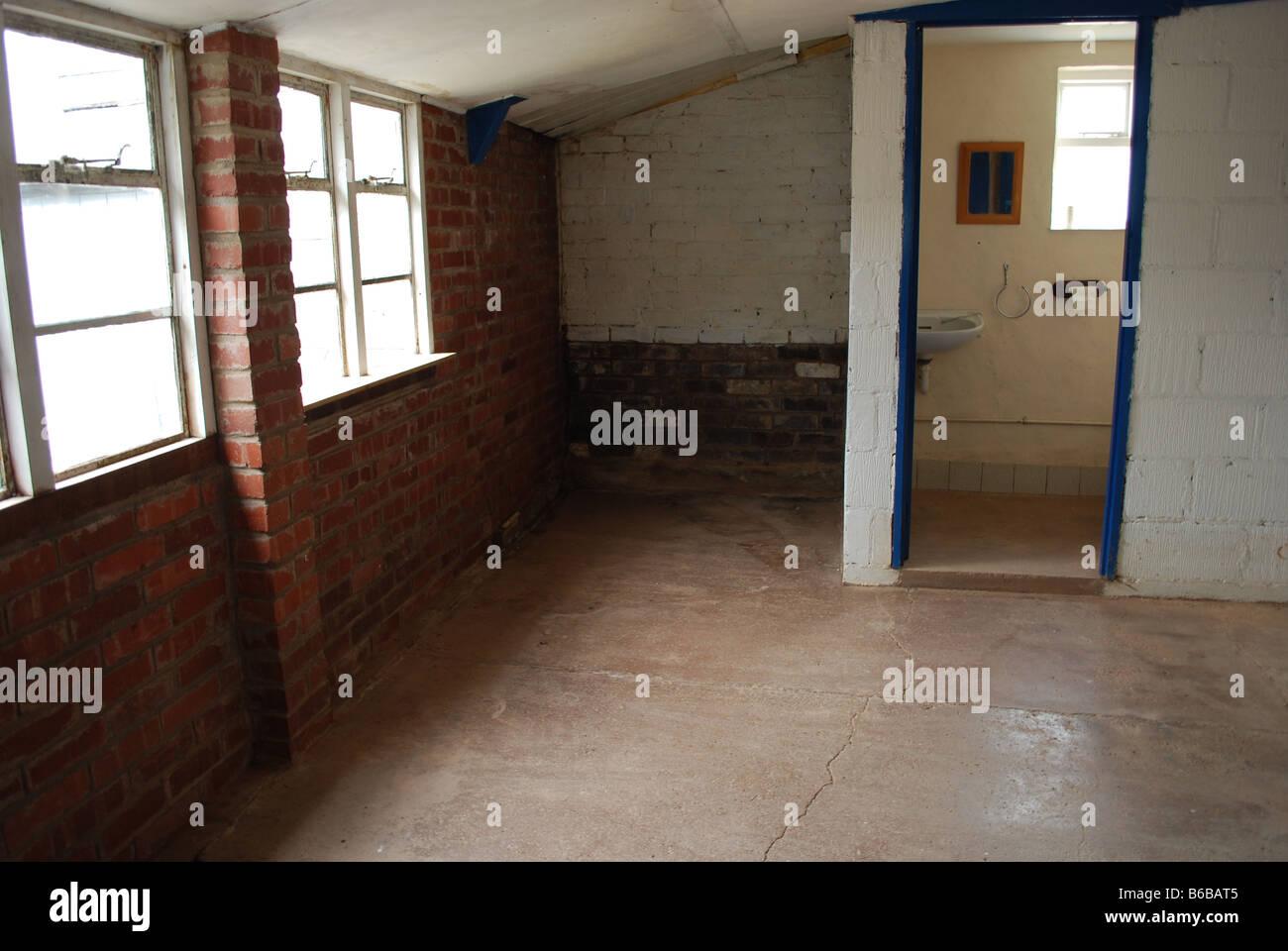 Leere Spülküche Mit Steinboden Und Wände Mit Einer Kleinen Toilette Im  Erdgeschoss In Einem Alten Stockbild