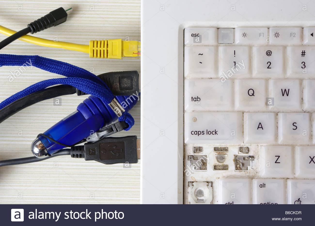 Elektrische Verdrahtung Drähte chaotisch durcheinander Ethernet USB ...