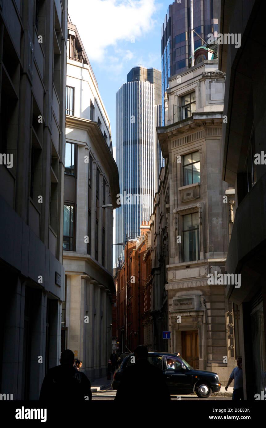 Straße mit Tower 42 in der Ferne im Bankenviertel Stadt London s Stockbild