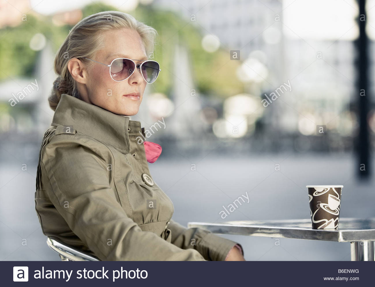 Frau mit Pappbecher Stockfoto
