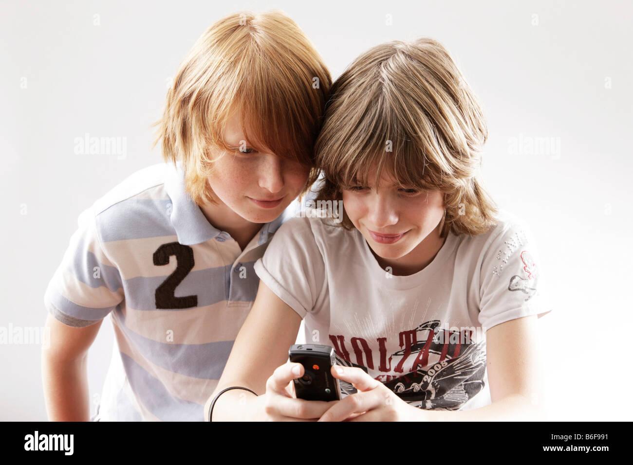 zwei 12 j hrige jungs spielen mit einem handy stockfoto bild 21234893 alamy. Black Bedroom Furniture Sets. Home Design Ideas