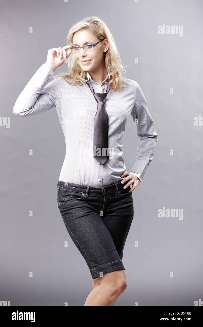 Junge Blonde Frau Tragt Business Outfit Stockfotografie Alamy