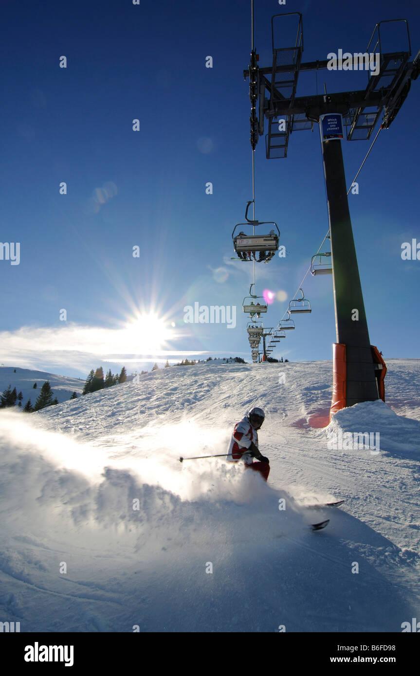 Skifahrer Ski im Tiefschnee unterhalb der Kitzlahner-Bahn Skilift, Skigebiet Sudelfeld, bayrischen Alpen oder die Stockbild