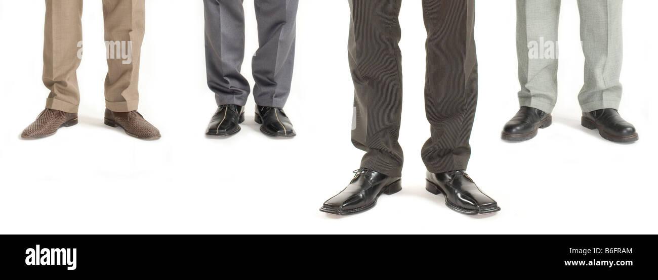 Vier Unternehmer stehen in einer Reihe mit einem ständigen weiter nach vorne, Detail der Beine Stockbild