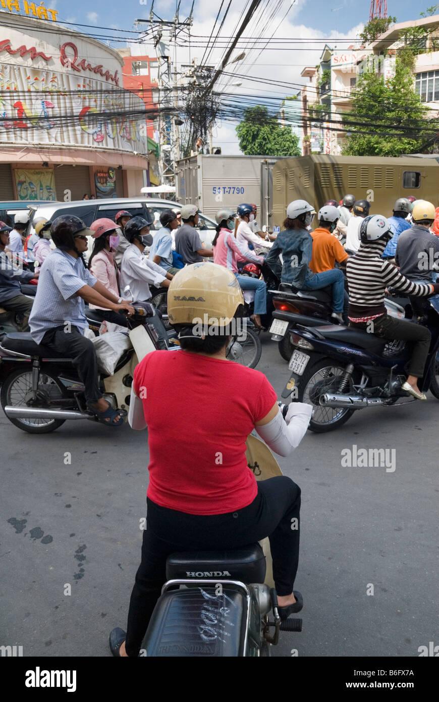 Warten auf eine Lücke im Verkehr, eine typische vietnamesische Straßenszene in Ho Chi Minh City, Vietnam Stockbild