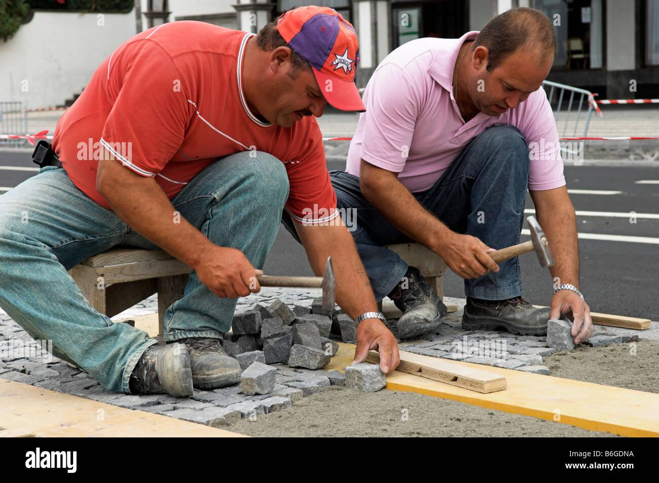 Amazing Arbeiter Verlegen Dekorative Kopfsteinpflaster Stockbild