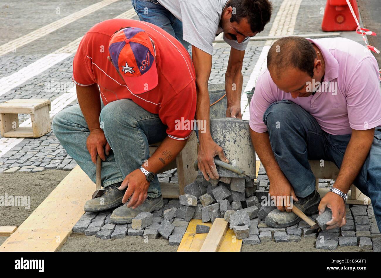 Exceptional Arbeiter Verlegen Dekorative Kopfsteinpflaster Stockbild