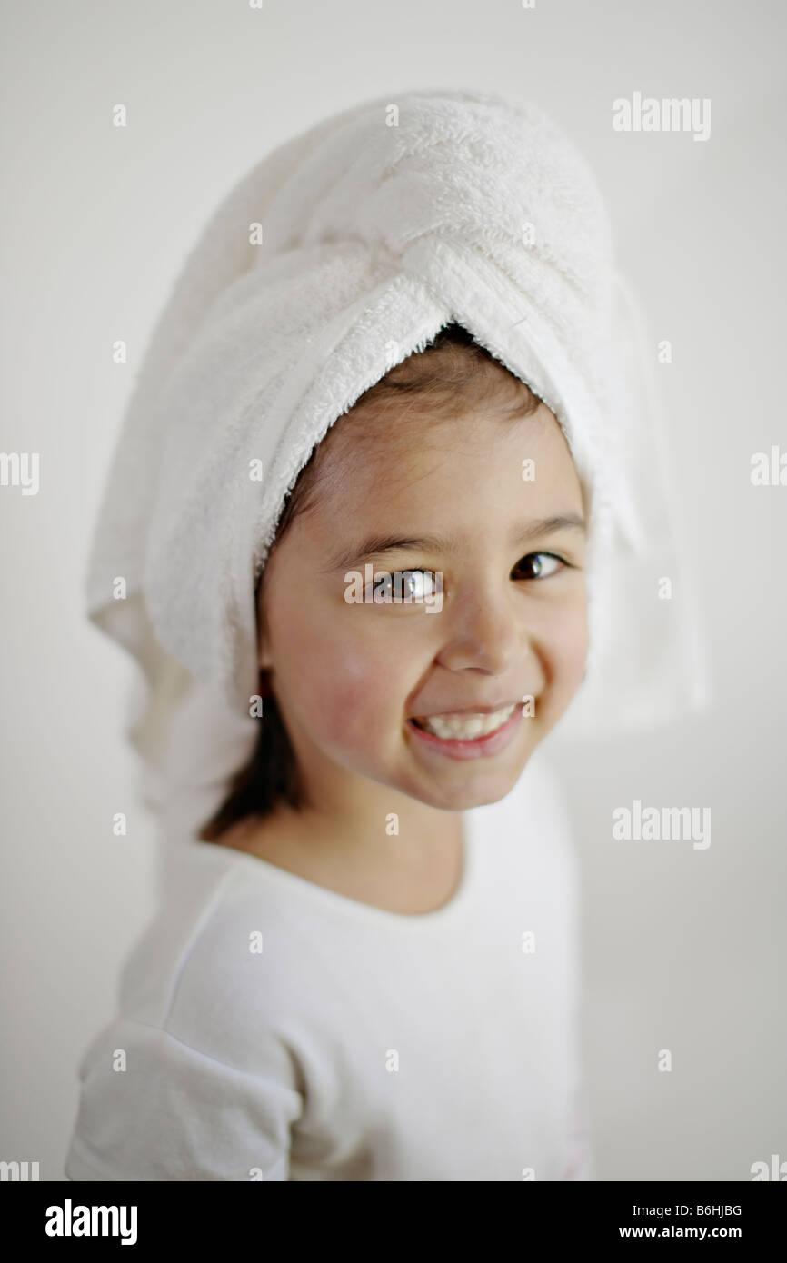 Fünf Jahre altes Mädchen mit nassen Haaren in Handtuch gewickelt Stockbild