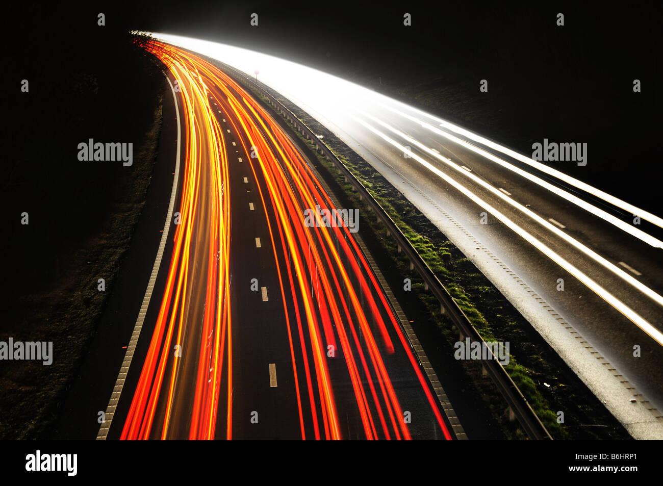 """Verkehr Rückleuchten """"Langzeitbelichtung"""" in der Nacht Stockbild"""