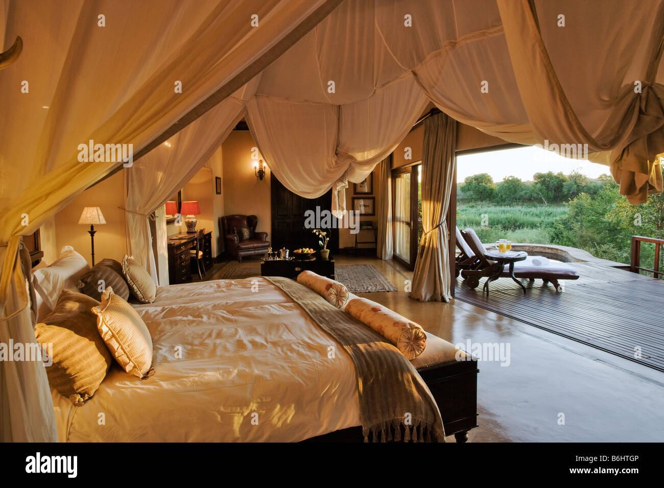 Schlafzimmer in Tinga Legends Private Game Lodge befindet sich in einem Zugeständnis innerhalb der Kruger National Stockbild