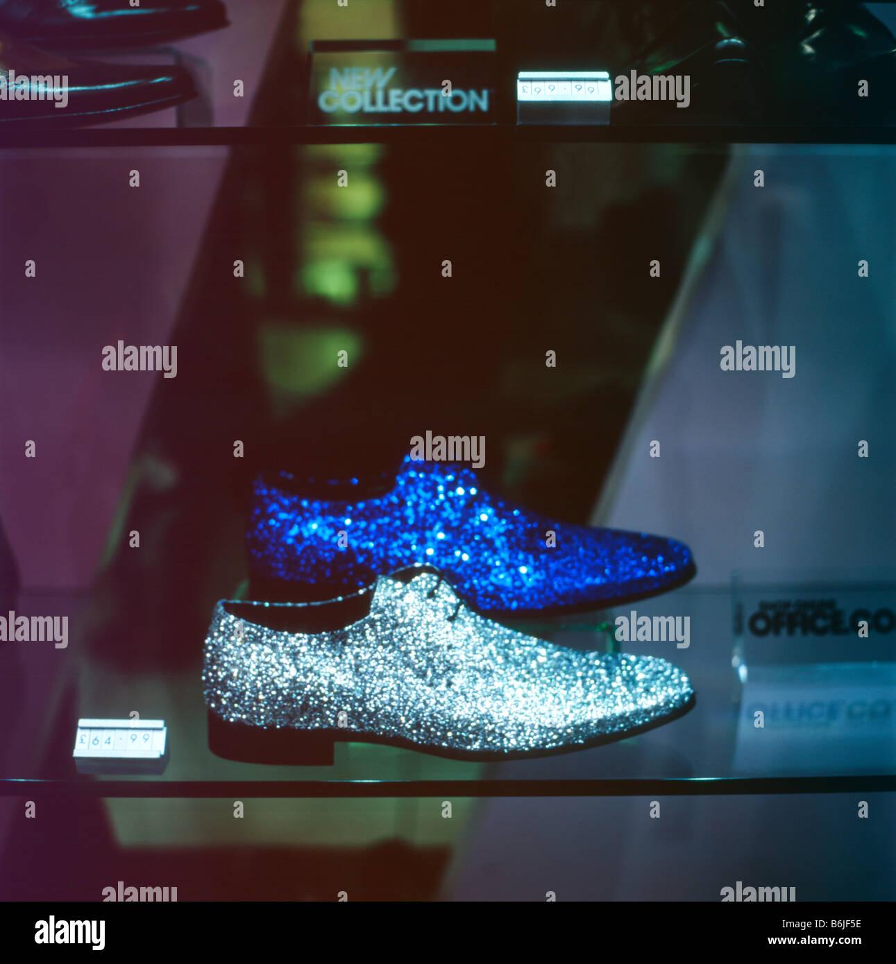 Funkelnde Silber und blau Schuhe in einem Schaufenster in der ...