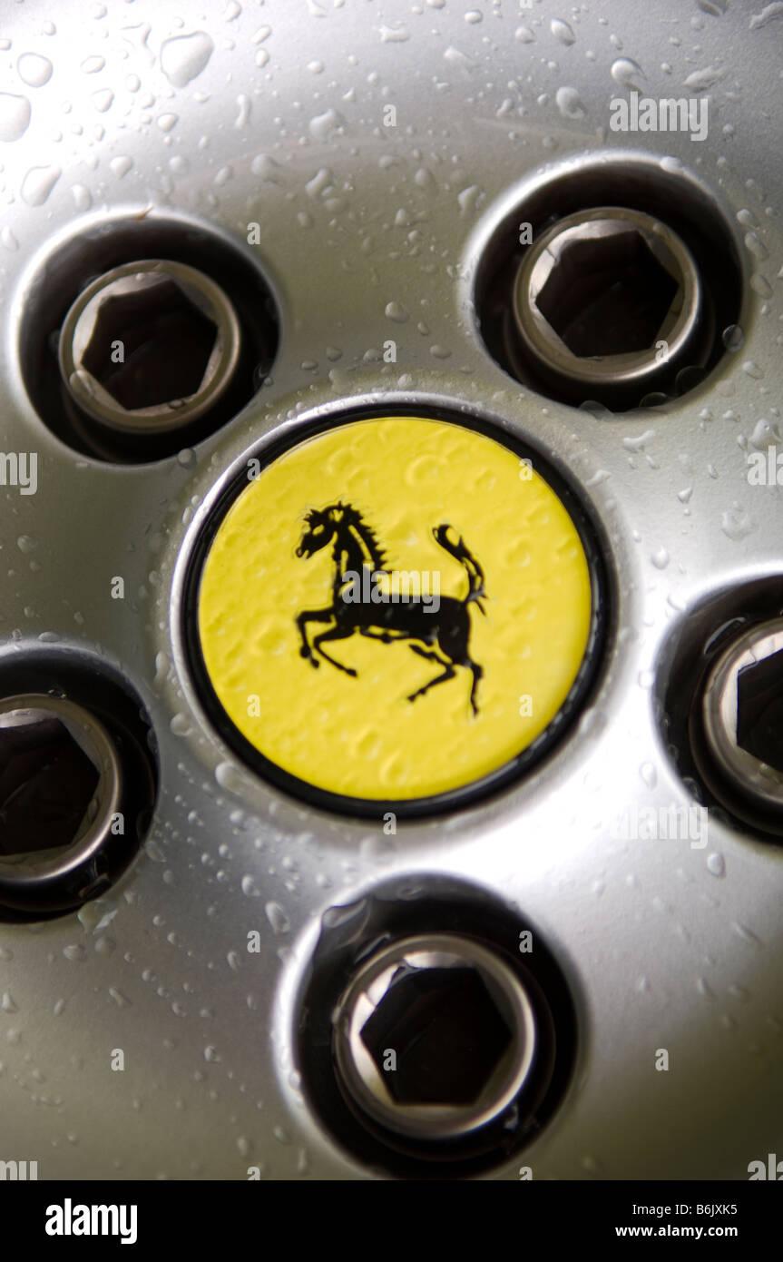 Ferrari Logo auf Rad-Sportwagens Stockbild