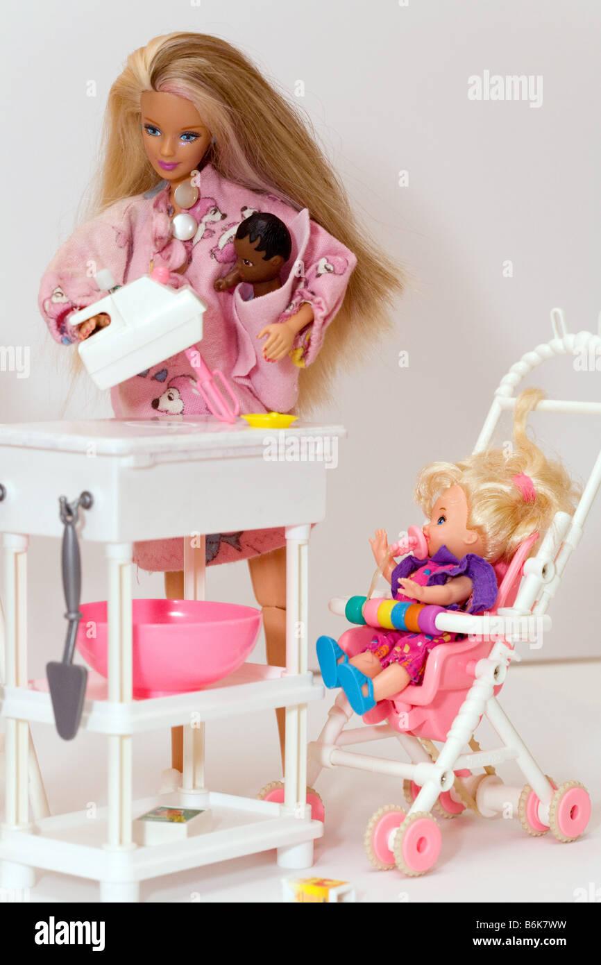 Alleinerziehende Mutter Puppe mit Kleinkind und Baby - Konzept der alleinerziehenden Elternteil arbeiten Stockbild