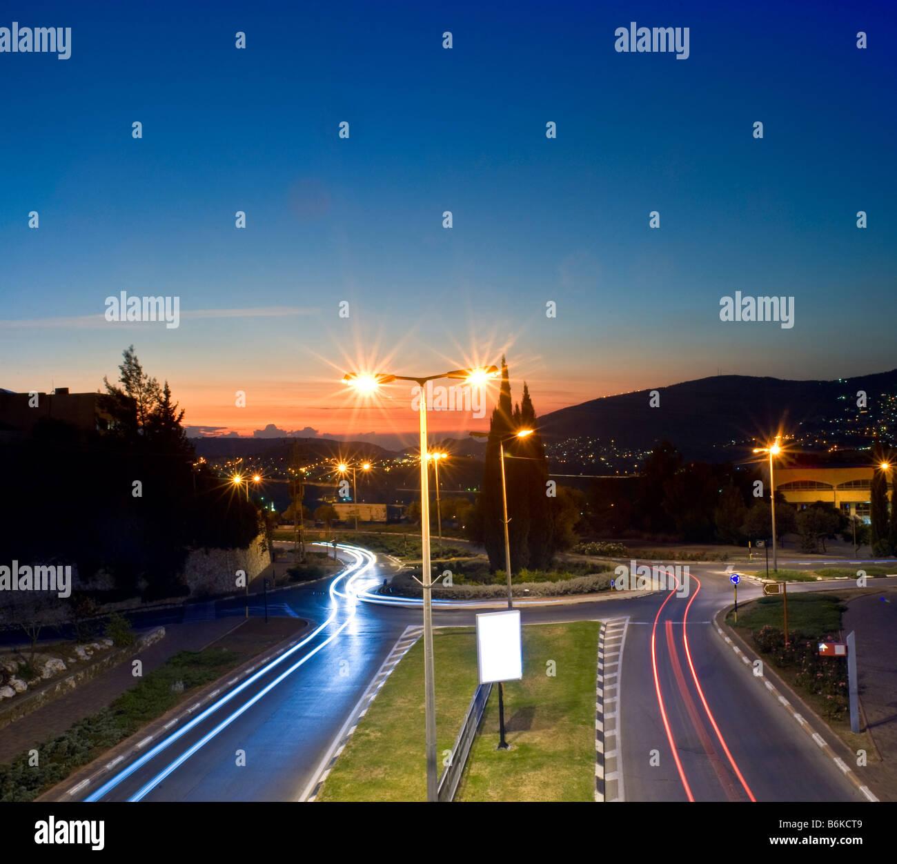 Kreisverkehr bei Nacht in der Stadt von Karmiel Galiläa Israel Stockbild