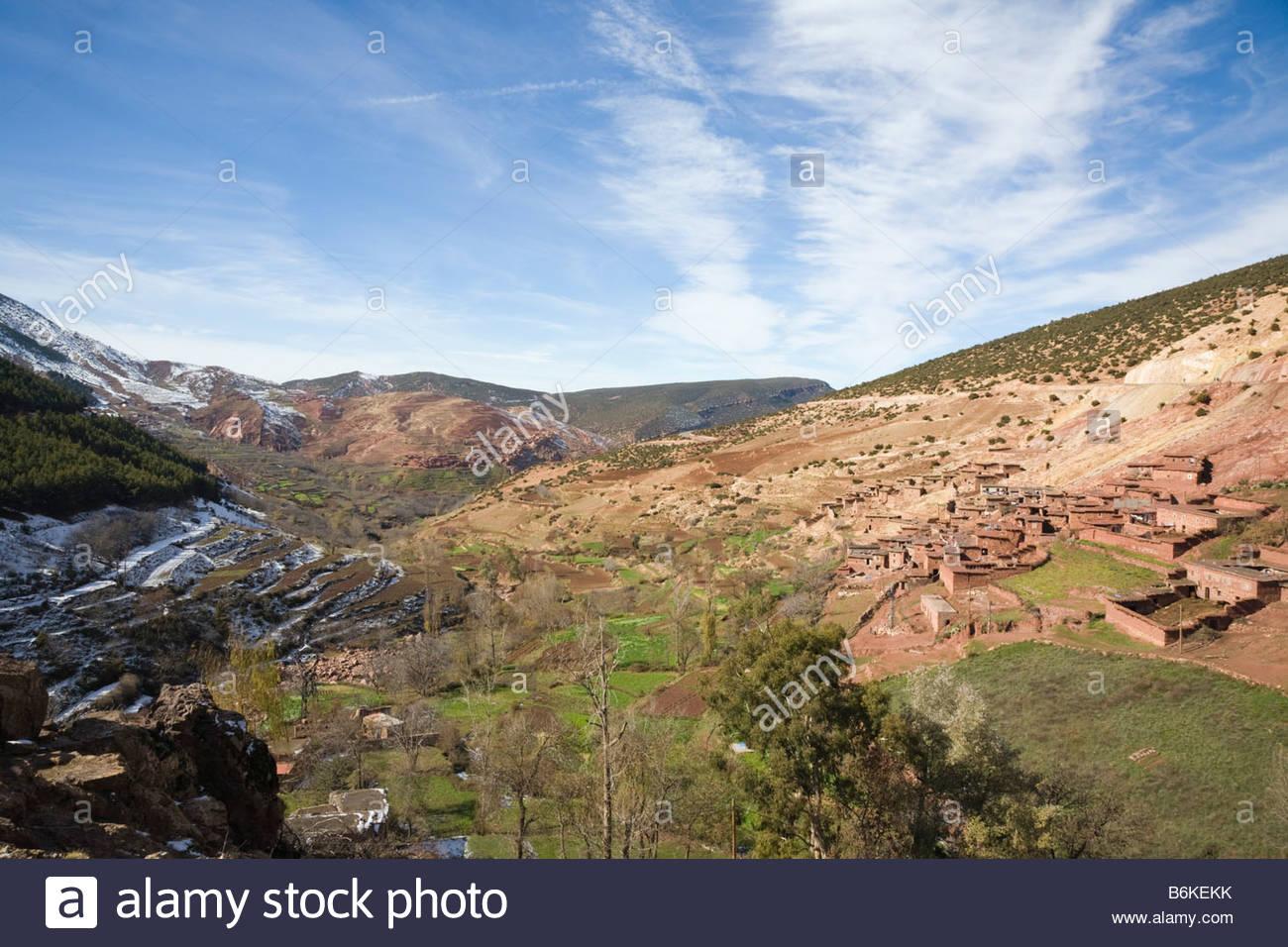 asni tal marokko l ndlichen landschaft mit traditionellen berg berberdorf im hohen atlas gebirge. Black Bedroom Furniture Sets. Home Design Ideas