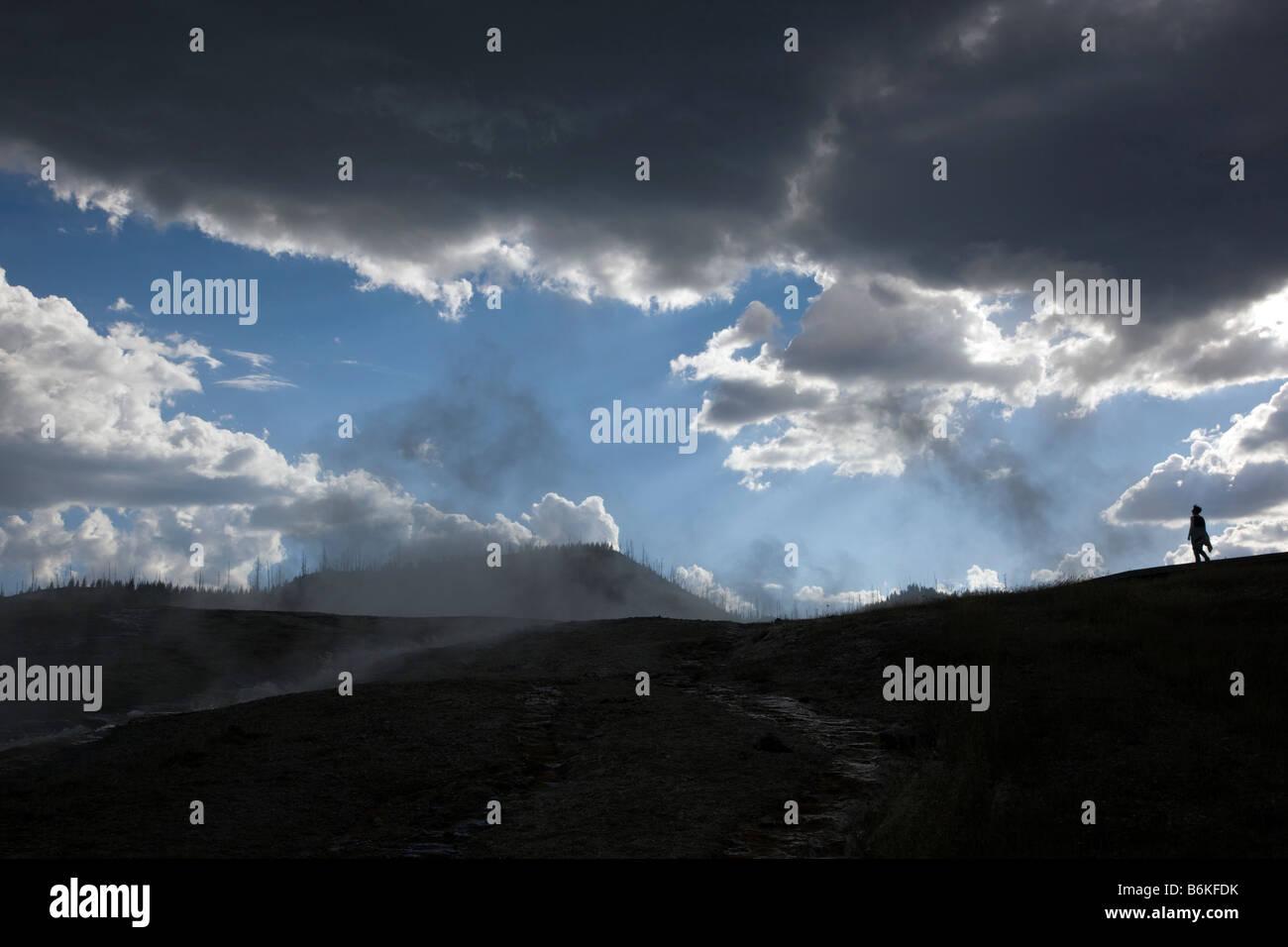 Besucher, die Silhouette und dramatischer Himmel, Grand Bildobjekte Frühling, Midway Geyser Basin, Yellowstone Stockbild