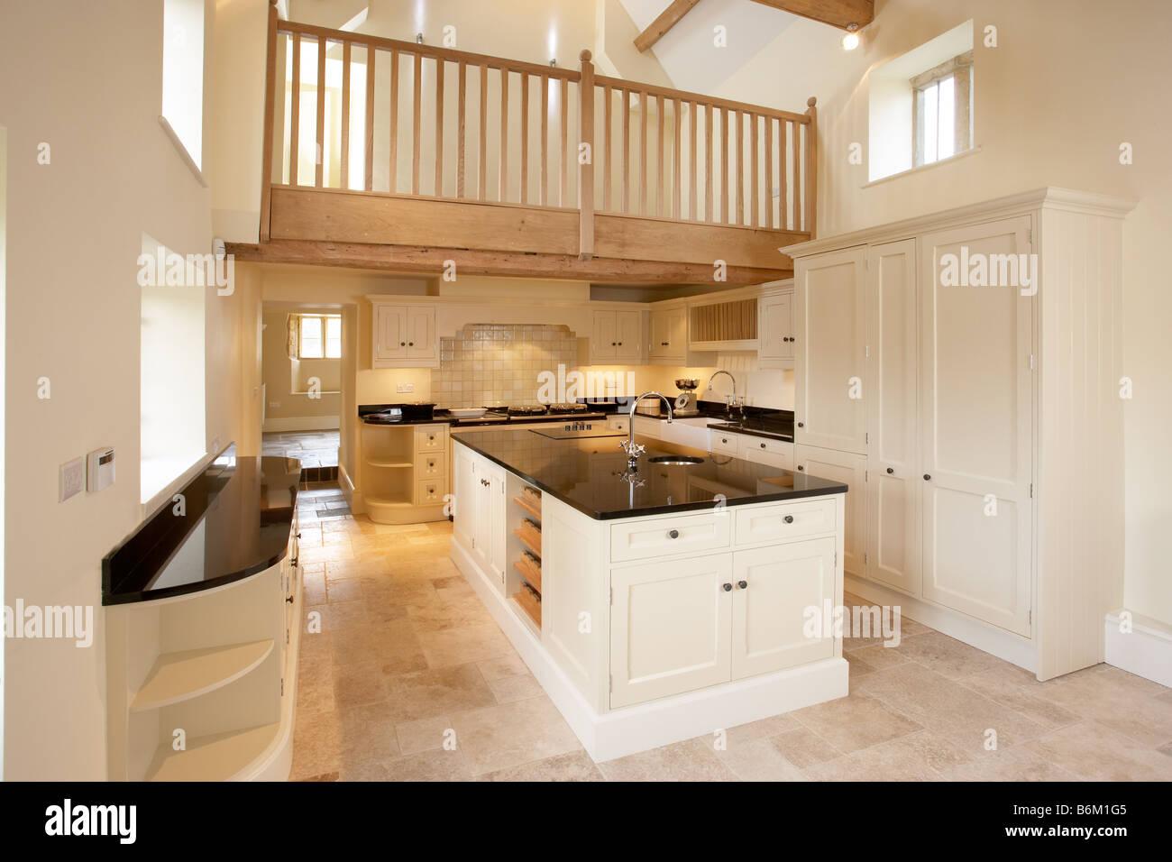 Neue umgebaute Küche in Cotswold Bauernhaus mit Mezzanine Etage ...