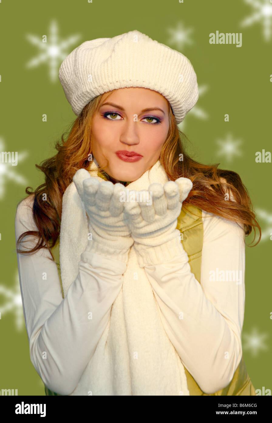 Hübsche Blonde Frau bläst Küsse tragen warme Winterkleidung Stockbild