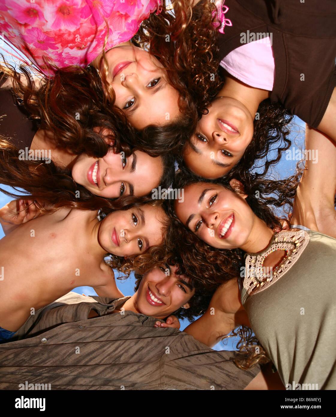 Familie von Happy Kids blickte lächelnd im freien Stockfoto